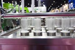 бутылки в процессе стирки Стоковые Фотографии RF
