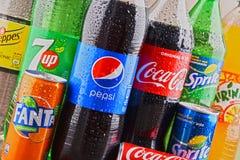 Бутылки глобальных брендов безалкогольного напитка Стоковая Фотография