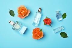 Бутылки дух и роз на предпосылке цвета Стоковое фото RF