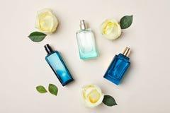 Бутылки дух и роз на светлой предпосылке Стоковые Изображения RF