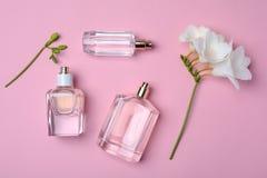 Бутылки дух и цветка на предпосылке цвета Стоковые Изображения RF