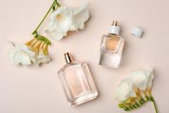 Бутылки дух и цветков на светлой предпосылке Стоковое фото RF