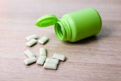 Бутылки жевательной резины зеленые стоковые фото