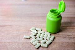 Бутылки жевательной резины зеленые стоковые изображения rf