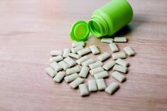 Бутылки жевательной резины зеленые стоковые фотографии rf