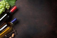 Бутылки и виноградины вина Стоковая Фотография RF