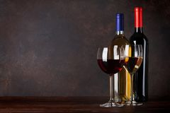 Бутылки и стекла красного и белого вина Стоковая Фотография