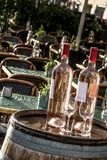 Бутылки и стекла на бочонке Стоковое Изображение