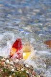 2 бутылки коктеиля на пляже Стоковые Фотографии RF