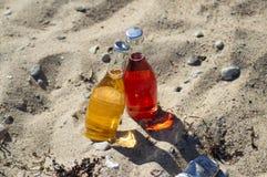 2 бутылки коктеиля на пляже Стоковое Изображение RF