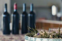Бутылки красного вина на таблице Стоковая Фотография