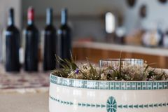 Бутылки красного вина на таблице Стоковые Фото