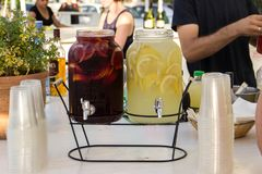 2 бутылки лимонада на таблице на свадьбе один красный цвет, стоковые фото