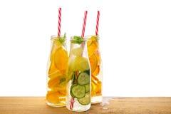 Бутылки лимонада с лимоном, апельсином, известкой, мятой хворостины, cucumbe Стоковое Изображение