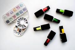 Бутылки маникюра на красочном деревянном столе Стоковое Фото