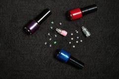 Бутылки маникюра с украшениями ногтя Стоковое Изображение RF
