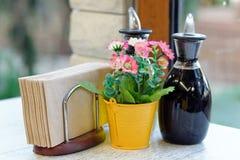 Бутылки масла и уксуса в ресторане Стоковое Изображение RF