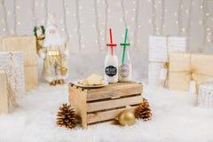 2 бутылки молока и печений на плите для торжества Рожденственской ночи Стоковое Изображение RF