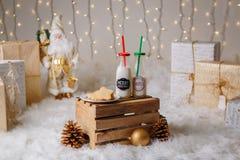 2 бутылки молока и печений на плите для торжества Рожденственской ночи Стоковые Фото