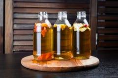 Бутылки напитка с вкусами яблока, грейпфрута и лимона стоковая фотография rf
