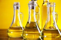 Бутылки оливкового масла и оливок Стоковое фото RF