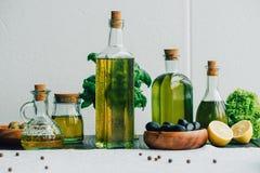 Бутылки оливкового масла с овощами Стоковые Фото