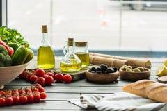 Бутылки оливкового масла с овощами Стоковые Изображения
