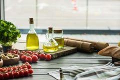 Бутылки оливкового масла с овощами Стоковые Изображения RF