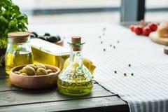 Бутылки оливкового масла с овощами Стоковое фото RF