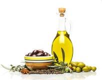 Бутылки оливкового масла с оливками и специями Стоковое Изображение RF