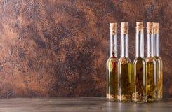 Бутылки оливкового масла с различными специями и травами Стоковое фото RF