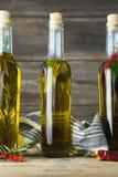 Бутылки оливкового масла с травяным и специями Стоковые Фото