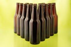 бутылки пива опорожняют передний зеленый цвет Стоковое Фото