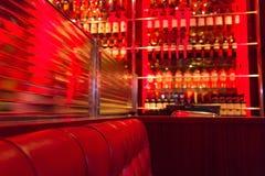 Бутылки софы и вина бар-ресторана кожаные красные Стоковая Фотография RF