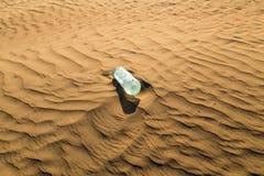 Бутылки с водой в песчанных дюнах Стоковые Изображения RF