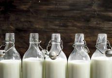 Бутылки с парным молоком Стоковые Изображения