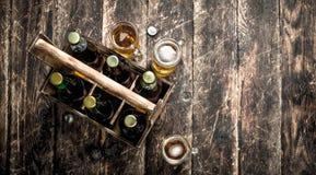 Бутылки с пивом в старой коробке Стоковые Фото