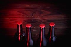 Бутылки с пивом на коричневой деревянной предпосылке Стоковое фото RF