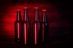 Бутылки с пивом на коричневой деревянной предпосылке Стоковое Фото