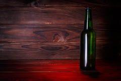 Бутылки с пивом на коричневой деревянной предпосылке Стоковые Изображения