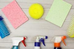 Бутылки тензида, салфетки microfiber цвета, синтетическая губка Стоковое Фото