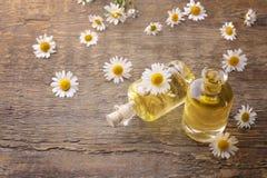 Бутылки цветков эфирного масла и стоцвета Стоковое Изображение