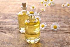 Бутылки цветков эфирного масла и стоцвета Стоковая Фотография