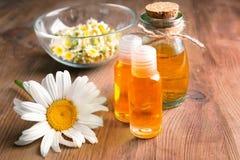 Бутылки цветков эфирного масла и стоцвета Стоковые Изображения RF