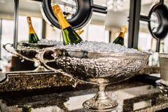 Бутылки Шампани в металле bucket на таблице свадьбы Стоковые Фото