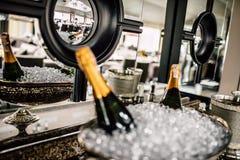 Бутылки Шампани в металле bucket на таблице свадьбы Стоковые Изображения