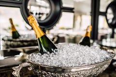 Бутылки Шампани в металле bucket на таблице свадьбы Стоковое Изображение