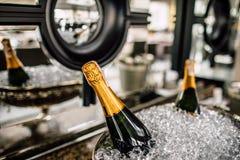 Бутылки Шампани в металле bucket на таблице свадьбы Стоковые Изображения RF