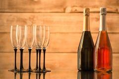 2 бутылки шампанского и пустых стекел Стоковые Изображения