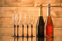 2 бутылки шампанского и пустых стекел Стоковая Фотография RF